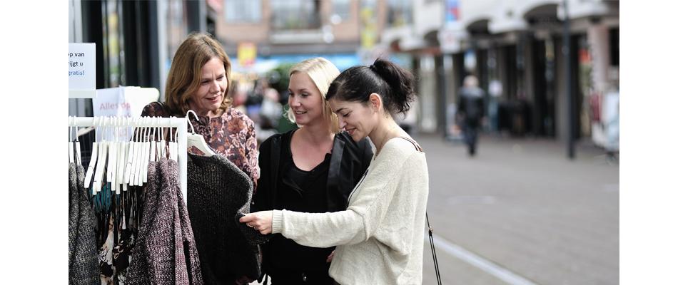 Drie dames in een winkelstraat