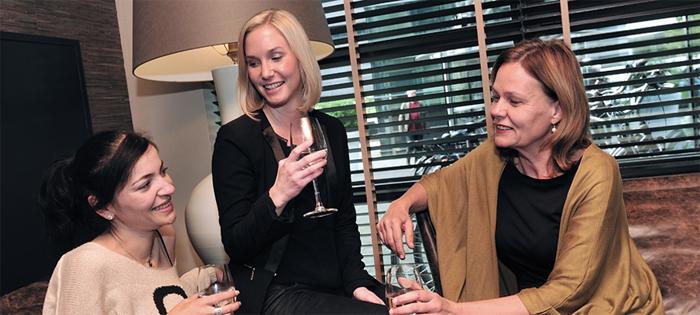 Drie dames in een gezellig samenzijn
