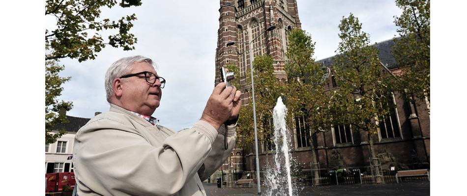 Man maakt foto bij kerk